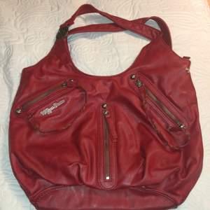 Sjukt snygg äkta röd Tommy Hilfiger väska. Jätte trendig och svin snygg! 💕 Säljer för 500+frakt! 🤍⚡️