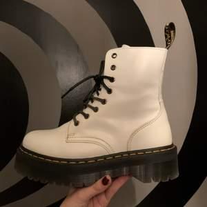 Assnygga vita Dr. Martens i modellen Jadon! Skorna är bara använda en gång i typ 20 min och är i jättefint skick. Storleken är 39 men passar nog en liten 40 också :) Våga pruta!💕