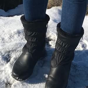 Svarta boots från Totes. Passar mig som vanligtvis har 38. Fodrade och värma, perfekta nu i vinter☺️❄️⛄️  Köparen står för frakten. Mer bilder/info via denna länk:  https://www.amazon.com/totes-Womens-Comfort-Snow-Boot/dp/B08J529KR3