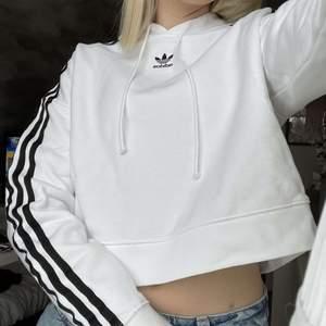 Säljer en hoodie ifrån adidas, den är lite croppad. Storlek 32 men sitter perfekt på mig som brukar ha xs. Hoodien är i bra skick. Spårbarfrakt ingår i priset