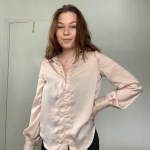 Glansig blus/skjorta från märket Reserved. Fint skick, storlek 36.