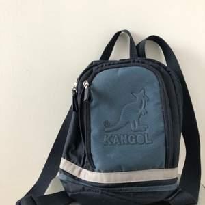 Säljer en liten Kangol ryggsäck, köpt second hand men den är i bra skick!👍🏻  (Färg, olika blåa + en grå rand) Lite frakt tillkommer!