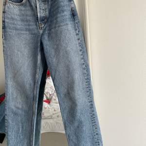 Dad jeans från bikbok storlek w25 L30.                              Knappt använda!                                                                    Betalning sker via svisch, byxorna finns i Stockholm