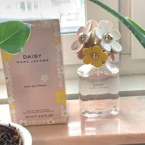 Daisy Marc Jacobs Eau So Fresh 75 ml säljes med sin kartong (om så önskas!) 🌸 Köptes på Arlanda för ca 700 kr för några år sedan men har förvarats väl så doftar som när den var ny! ♥️ Säljes billigt på grund av åldern. Spårbar frakt ingår!
