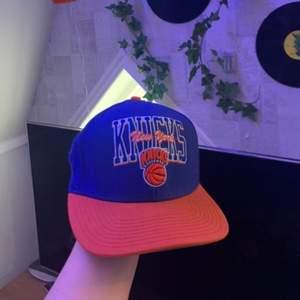 jag säljer min skit coola Knicks new york keps! Jag har inte använt den på länge så därför säljer jag den, jag köpte den för jätte jätte länge sen så vet inte vad den kostade. Kom privat för mer bilder!