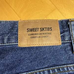 Jättesnygga byxor, använda endast en gång. Köpta på junkyard för 700kr. Säljer för 600kr pris kan diskuteras💗💗köparen står för frakten eller mötas upp i Malmö✨