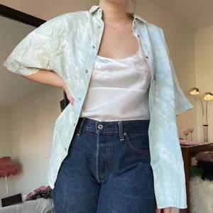 Omgjord skjorta med korta armar💜 storlek L/XL men visas på en medium.