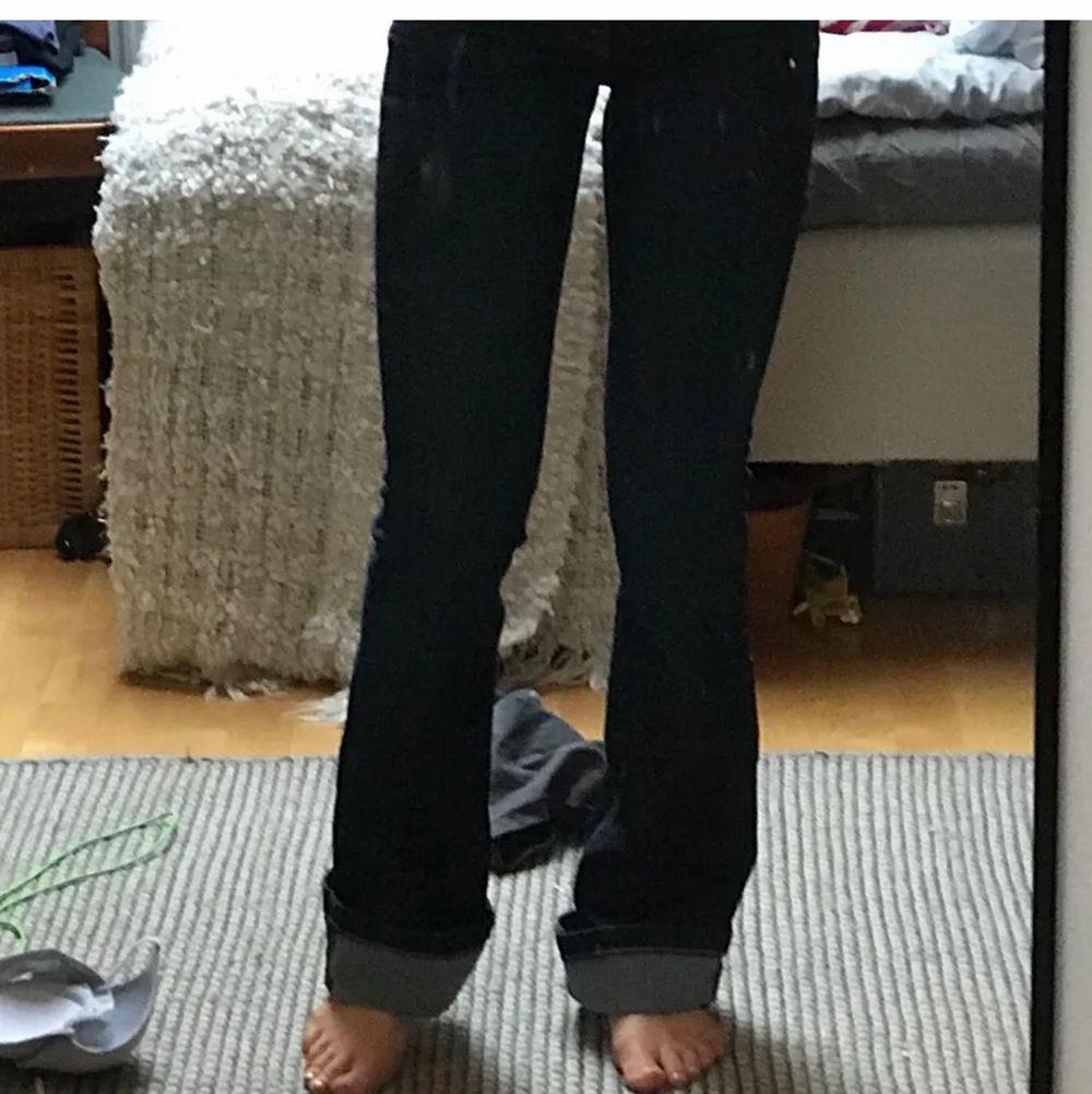 Såååå snygga bootcut jeans från crooker. Köpta här på plick! De passade tyvärr inte mig så säljer de vidare! Ganska mkt stretch, och lågmidjade. Hör av dig om du har frågor ❤️. Jeans & Byxor.
