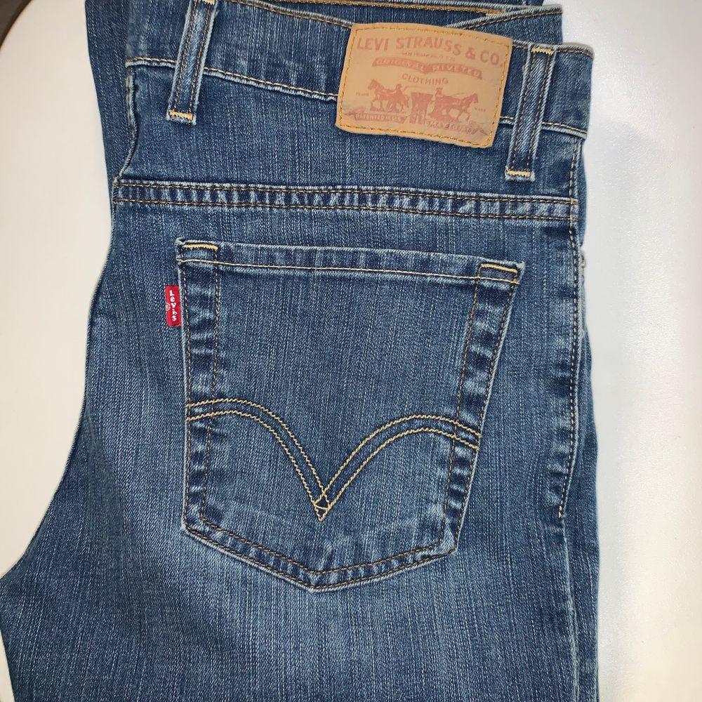 Ett par mörkblå gamla jeans från Levis men är i nyskick. Vet inte vad modellen heter men de är raka.  Storleken är 32x34 men uppsydda på JC satt skulle säga att de är ungefär 32x32. Köparen står för frakten 💞. Jeans & Byxor.