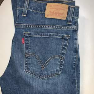 Ett par mörkblå gamla jeans från Levis men är i nyskick. Vet inte vad modellen heter men de är raka.  Storleken är 32x34 men uppsydda på JC satt skulle säga att de är ungefär 32x32. Köparen står för frakten 💞