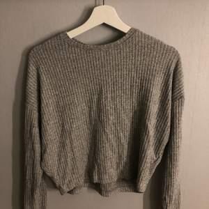 Grå stickad tröja, väldigt skönt och lätt material! Köparen står för frakten❗️