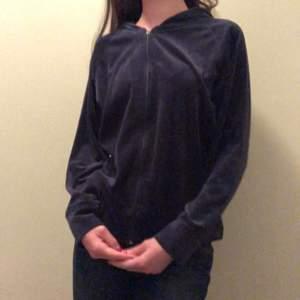 Mörk blå velour hoodie liknande den från Juicy couture! Kedjan är lite trasig men går fortfarande att använda😋😋
