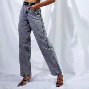 En boyfriend jeans med hög midja, I en svart stentvätt. Har alldrig använt den  tar bara plats i gaddroben, passar någon som är 170. Nypris 432kr. Kom privat om ni vill ha fler bilder, Möts eller fraktar