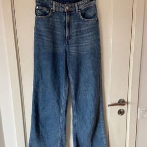 Ett par snygga vida jeans från hm som dessutom är extremt sköna. Högmidjade i storlek 38. Tyvärr är dom för korta för mig. Sparsamt använda:)