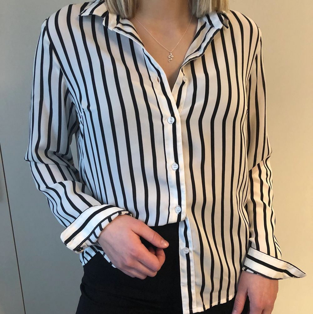 En superfin svartvit randig skjorta. Säljer då den blivit för liten. Köparen står för frakten.. Skjortor.