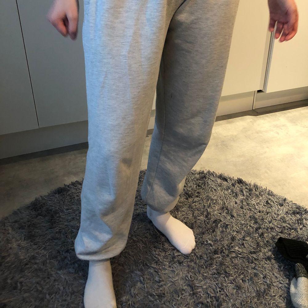 Snygga gråa mjukisbyxor. Säljer då dom blivit för korta. Storlek L men skulle säga att dom är mer som en M. Köparen står för frakten.. Jeans & Byxor.