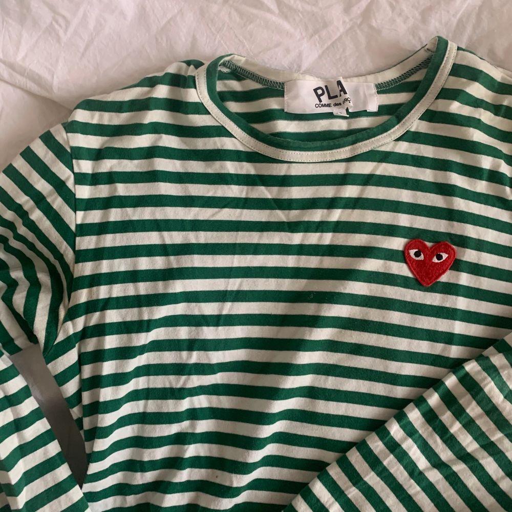 Grön och vitrandiga tröja från Comme des Garcons🤍 Varamst använd och fortfarande fin kvalitet, köpt för 900kr på NK! Storlek S . T-shirts.