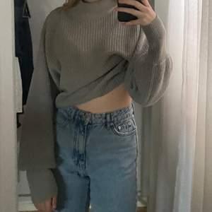 Denna tröjan är i fint skick och är perfekt för vintern. 50% bomull och 50% akryl