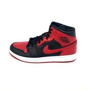 Hej! Säljer ett par Jordan 1 Mid 'Banned' i storlek 44 Helt äkta, kvitto finns. Kan mötas upp i Stockholm eller frakta spårbart och dubbelboxat för 95kr. Pris 1495:-