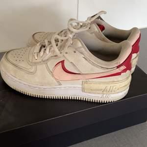 PÅ BILDEN ÄR DOM INTE TVÄTTADE DÄRFÖR ÄR DOM SMUTSIGA                                                                             ❣️INTRESEKOLL❣️ Funderar på att sälja mina Nike Air Force Shadow skor som jag varit väldigt nöjd med men som nu inte kommer till användning. Dom har varit använda ungefär 1 år. Säljs med orginalförpackning
