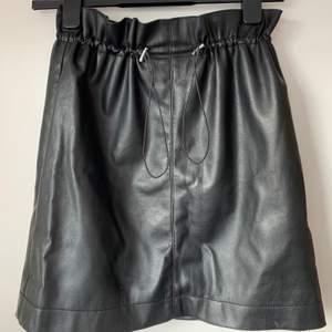 Jättesnygg läderimiterad kjol i storlek 36. Säljer då jag ej har användning för den längre. Jättebra skick!