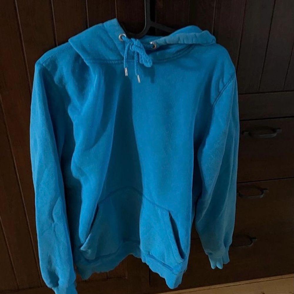 Säljer nu min sköna hoodie då jag aldrig använder den längre! . Tröjor & Koftor.