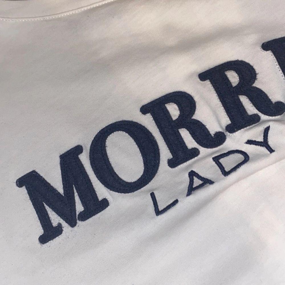 Säljer denna superfina T-shirten från märket Morris i storlek XS men passar även S. Tröjan är i fint skick och använd några gånger men sedan legat i garderoben.. T-shirts.
