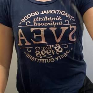 En marinblå T-shirt från Svea. Väldigt skön och har använts ett par gånger, säljer pga att jag inte använder den längre. Köpare står för frakten!!