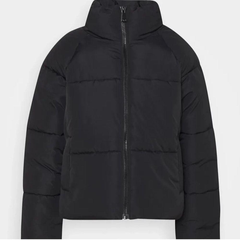 Hej! Säljer denna trendiga varma puffer jackan. Har använt den nu i några månader endast. Storlek M men passar även S! Köpt från JC, Jeans Company för 799kr men jag säljer den för endast 130kr. Jag säljer den eftersom jag har köpt en nya och denna inte kommer till användning! 😊. Jackor.