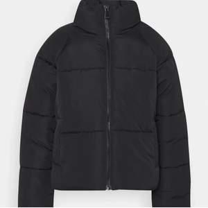 Hej! Säljer denna trendiga varma puffer jackan. Har använt den nu i några månader endast. Storlek M men passar även S! Köpt från JC, Jeans Company för 799kr men jag säljer den för endast 130kr. Jag säljer den eftersom jag har köpt en nya och denna inte kommer till användning! 😊