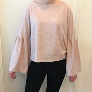 En jättesöt och mjuk tröja i ljusrosa! Är använd ett fåtal gånger så är i ett så gott som nytt skick! Är i storlek M men jag skulle säga att den även passar som S eller L också! Från Mango.