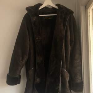 Brun mocka kappa med faux fur intill. Köpt i London och är i nyskick! Perfekt till vintern. Strl 42 men passar som oversize S eller som en M.
