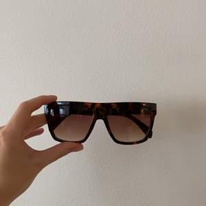 Solglasögon med mönster, köpta förra sommaren. Använda fåtal gånger. Köpta på Intersport 🧡