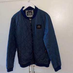 Blå rutmönstrad jacka från Jack & Jones storlek M