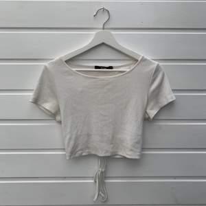 Vit ribbad tröja från bikbok med öppen rygg, i mycket fint skick!  Storlek M men passar en S/M 🌷 frakt 48kr
