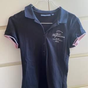 En peak performance piké tröja köpt på Sellpy! Jag har inte fått användning för den så därför säljs den! Superfin med rosa detaljer💗