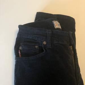 Säljer dessa sjukt coola byxor då de tyvärr är för tighta på mig. De är svarta med krossat sammet och de ger samt fina kurvor med en liten slits vid foten. Skriv om ni vill ha fler bilder💖
