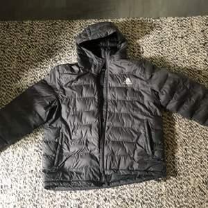 Adidas jacka (XL) Fin jacka, tyvärr 1 hål i den men inget som stör användningen.  300kr