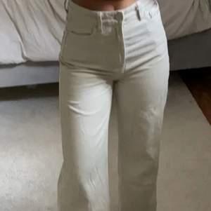 Säljer mina beiga jeans i topp skick storlek 36/32. Inga deffekter alls. Skriv för fler frågor om pris, bilder osv☺️