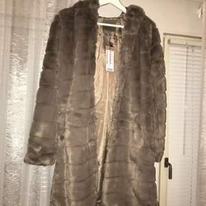 Säljer denna nya jackan från New york, nypris 500kr. Denna kom aldrig användning! Säljs för 300kr! Kan både mötas upp och frakta! Hör av dig vid intresse ❤️🥰