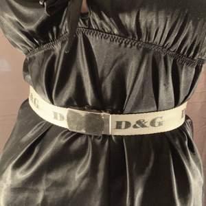 Vitt bälte med svart text från D&G. Fint skick.