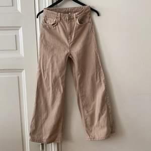 """🌸Vida jeans från Weekday i modellen """"Ace""""🌸 storlek 25/30. I färgen """"sand"""". Som enligt mig är en ljus beige/brun färg. Bild 3 är bild från weekdays hemsida på jeans i samma modell som de jag säljer men i en annan färg.(så man kan se hur Jensen sitter på en person) Jag är 169 cm och på mig är de för korta (därav säljer jag de). De mäter ca 16-17 cm från där jeansen slutar på mitt ben till marken. Innerbenslängden är ca 65 cm. Jeansen är bara använda ett fåtal gånger och har inget tecken på användning! De är även nytvättade. Fraktkostnaden betalar köparen.  PS jag säljer samma modell av jeans i samma storlek i fler färger i min profil💖💖💖💖 om flera är intresserade blir det budgivning!!"""