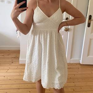 En vit klänning som jag aldrig har använt tyvärr. Den är i väldigt fint skick🤗