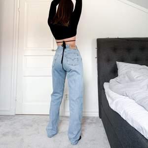 Kör en BUDGIVNING på dessa as coola trendiga vintage levis jeans som passar perfekt nu till sommaren med gulliga toppar till!😍☀️ Vid frågor eller vid direkt köp är det bara att kontakta mig privat!❤️