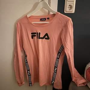 Rosa tröja från FILA med fina detaljer. Använd fåtal gånger. Storlek M men skulle säga att den är liten i storlek då jag i vanliga fall har S!🌸