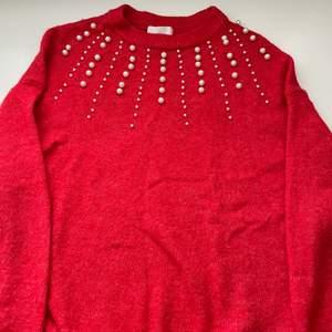 Jätte gullig stickad tröja från hm som har pärlor på sig. Alla pärlor är kvar och är i gott skick! (priset kan diskuteras ⚡️)🚚 Köparen står för frakt men kan även mötas upp i Täby. Kontakta om intresserad eller om ni har någon fråga 🥰