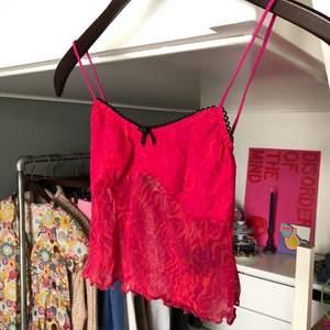 Gulligt linne från Urban Outfitters, aldrig använt då den tyvärr inte passar mig. Super coolt mönster. Strl M men skulle säga att den funkar på S också. 💖