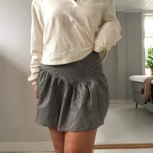 Supersöt svart/vitrutig kjol med volang från & other stories! Perfekt nu i sommar🤩 knappt använd, därav nyskick! Frakt tillkommer💞💞