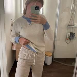 Superfin och mysig tröja från Ralph Lauren med blåa detaljer. Skön att ha på sommarkvällar och även sen i höst. Passar XS/S 🤍⛅️