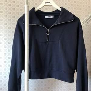 Mörkblå sweatshirt med dragkedja från only. Strl XS. Använd 1 gång.🤍